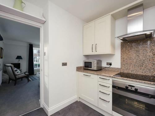 A kitchen or kitchenette at House On The Hill