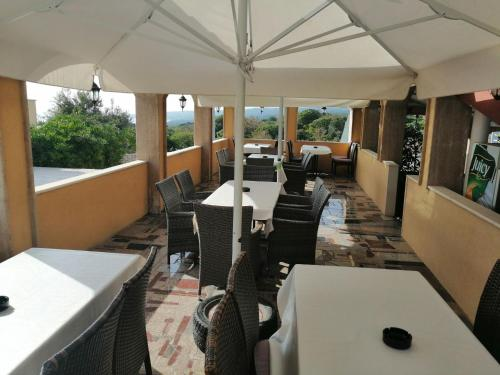 A restaurant or other place to eat at Villa Omra