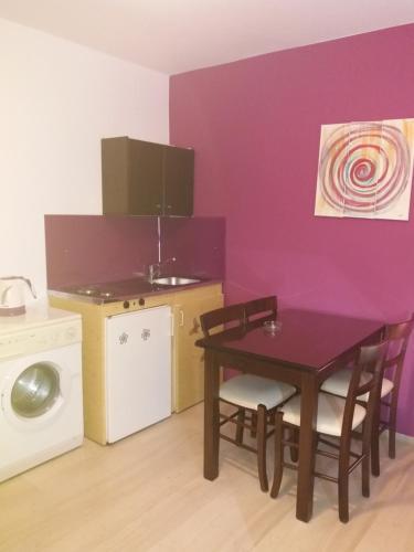 Η κουζίνα ή μικρή κουζίνα στο Manos Apartments