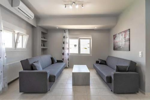 A seating area at Cozy apartment at center of Skalani