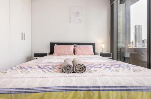 A bed or beds in a room at Southern Cross Station Apt