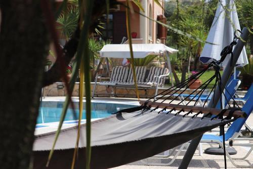 Het zwembad bij of vlak bij Mary Helen Apartments