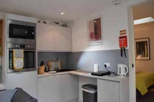 Een keuken of kitchenette bij Fernlea