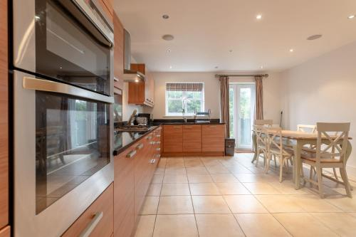 A kitchen or kitchenette at 3 Bedroom Home In The Heart Of Wimbledon