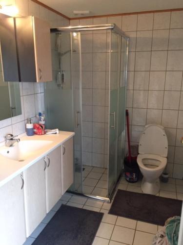 A bathroom at Østergade 66A
