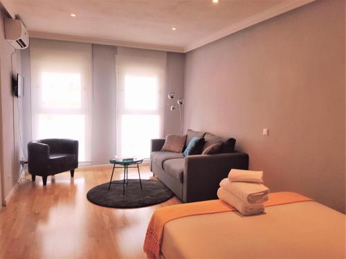A seating area at Apartamentos Madrid Titania