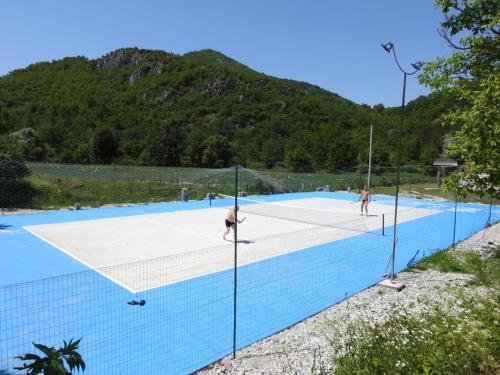 Tennis and/or squash facilities at Exo Log Cottage or nearby