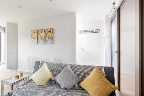 Setusvæði á Heart of Camden Two Bedroom Apartment