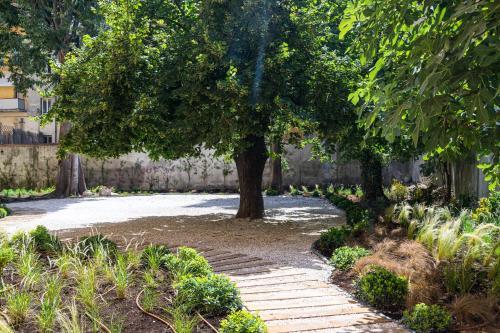 A garden outside L'Abeille - Boutique Apartments
