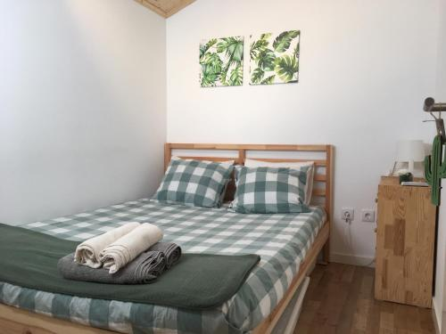 A bed or beds in a room at Casa do Penedo