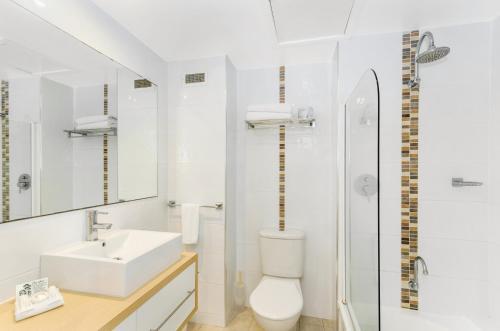 Salle de bains dans l'établissement Aquarius On The Beach