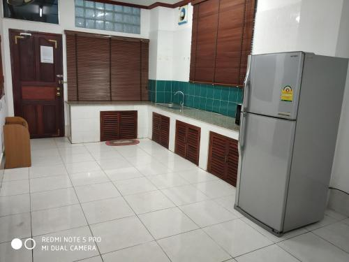 A kitchen or kitchenette at Baaris Apartment
