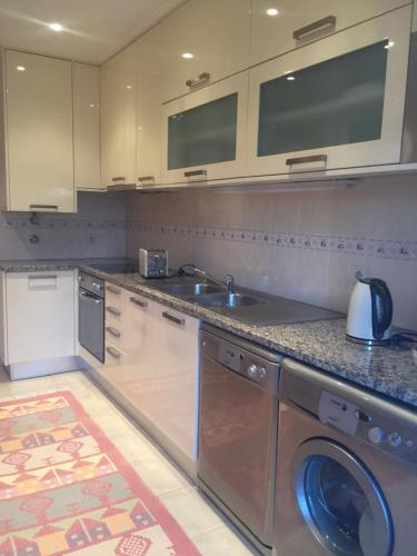A kitchen or kitchenette at Rua professora Virgilia Bloco A Porta n 2 1 Esq