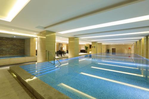 Der Swimmingpool an oder in der Nähe von Lee Garden Service Apartment