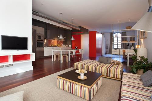 A seating area at Sealona Beach Lofts Apartments
