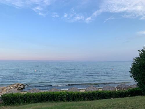 Общий вид на море или вид на море из апартаментов