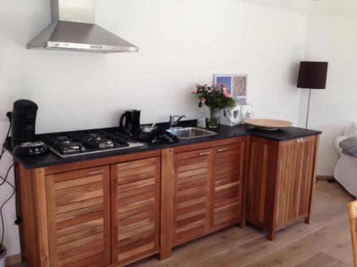 A kitchen or kitchenette at Witte huisje aan zee