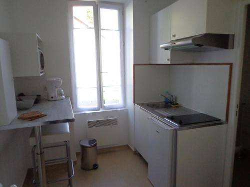 A kitchen or kitchenette at Appartement d'Hôtes