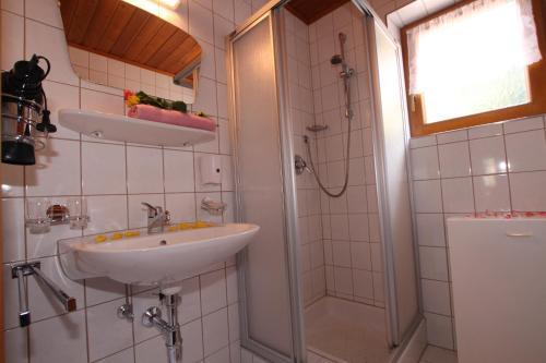 A bathroom at Landhaus Tschafein