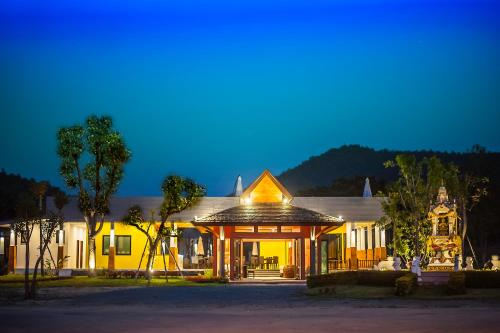 San Kam Phaeng Lake View Resort