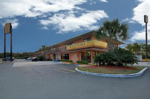 Super 6 Inn & Suites Pensacola
