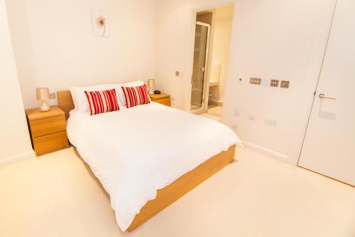 A bed or beds in a room at Horizon Canary Wharf Apartments