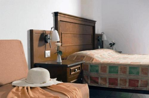 Een bed of bedden in een kamer bij Vardis Olive Garden