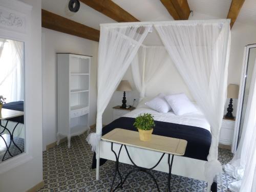 A bed or beds in a room at Dúplex y Apartamentos St. Francesc