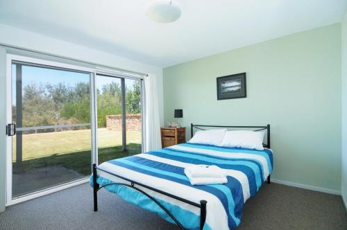 A bed or beds in a room at Jervis Bay Waterfront