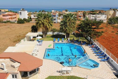 Uitzicht op het zwembad bij Manolis Apartments of in de buurt