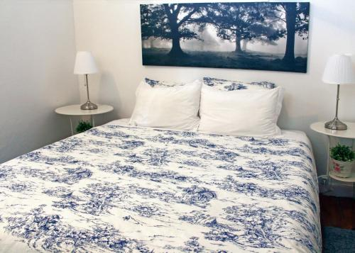 A bed or beds in a room at Blue Budget Apartments Bairro Alto