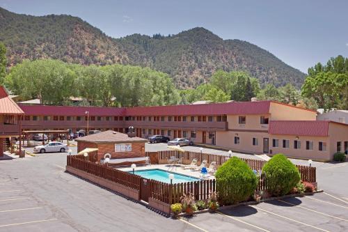 Glenwood Springs Cedar Lodge