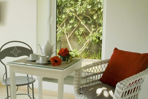 A seating area at Antonio's Garden Apartments