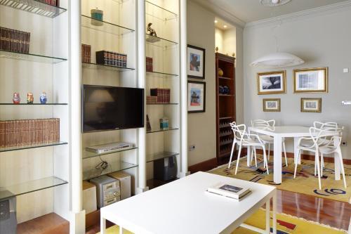 Una televisión o centro de entretenimiento en Vista Urumea Apartment by FeelFree Rentals