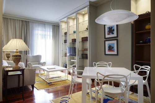 Un restaurante o sitio para comer en Vista Urumea Apartment by FeelFree Rentals
