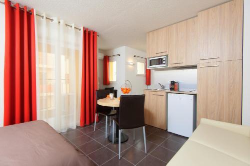 A kitchen or kitchenette at Villa Serafina Apartements
