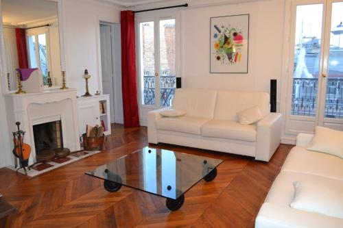 A seating area at Appartement moulin rouge II