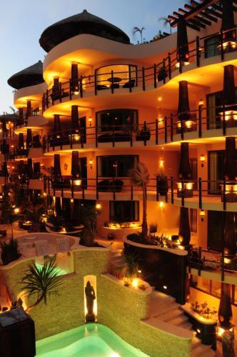 El Taj Oceanfront and Beachside Condo Hotel
