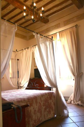 A bed or beds in a room at Residenza Porta Guelfa