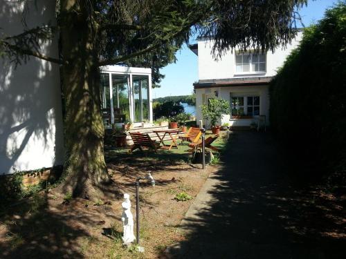 A garden outside Ferienwohnung Dressler
