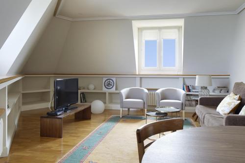 Una televisión o centro de entretenimiento en Miramar Apartment by FeelFree Rentals