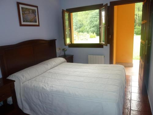 A bed or beds in a room at Apartahotel Rural La Hortona