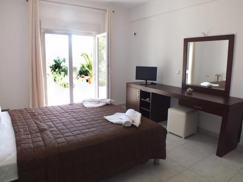 Un pat sau paturi într-o cameră la Ktima Villa Galini