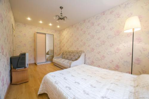 A bed or beds in a room at Apartment Izmailovo-park Vigvam24