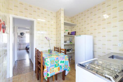 A kitchen or kitchenette at Apartamentos Praia da Maranduba