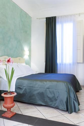 A bed or beds in a room at Lanterna Fiorentina B&B