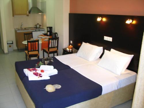 Un pat sau paturi într-o cameră la Villa Kokkinos