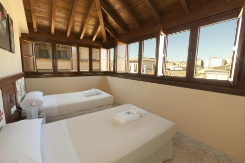 A bed or beds in a room at Mercader de Sedas Apartments