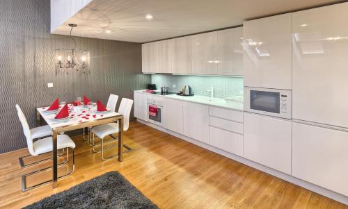 A kitchen or kitchenette at EMPIRENT Karlin Apartments