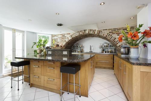 A kitchen or kitchenette at Veeve - Seven Bedroom House in Greenwich